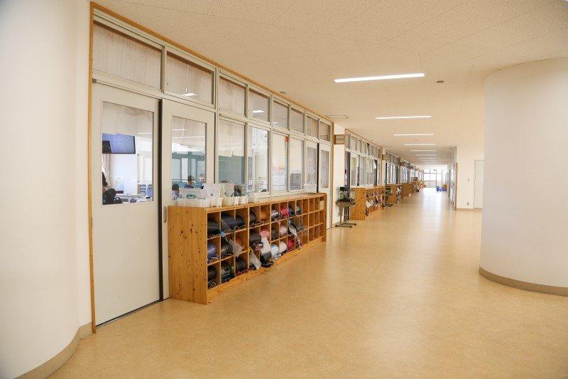 白を基調とした広い廊下