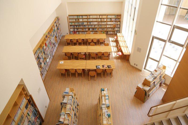 吹き抜けの図書室。週に2日、図書館司書が来て、本の分類や整理を行っている。