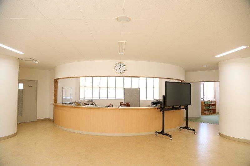 教室を挟むようにある教師ステーション。読書スペースも完備。